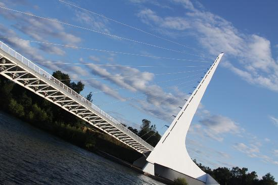 Redding, Californien: The beautiful Sundial Bridge at Turtle Bay