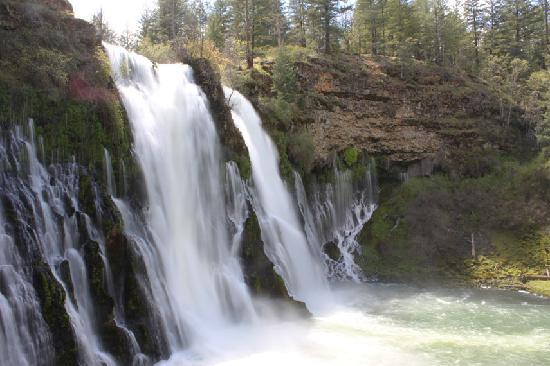 Redding, Californien: 100 million gallons of water flow over McArthur-Burney Falls every day!
