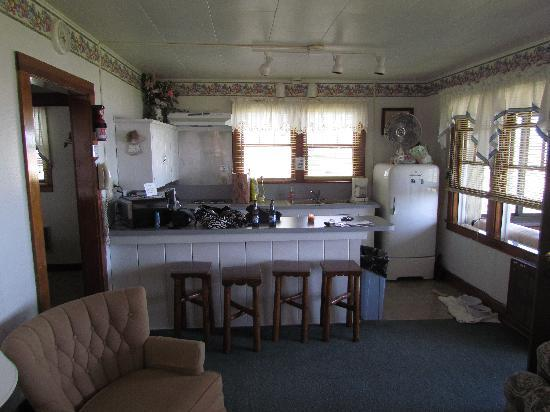 Beachcomber Motel on the Water: Kitchen area