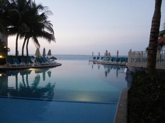 Hotel Riu Cancun: infinity pool in the evening