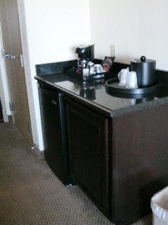 Holiday Inn & Suites Waco Northwest: Fridge/Bar