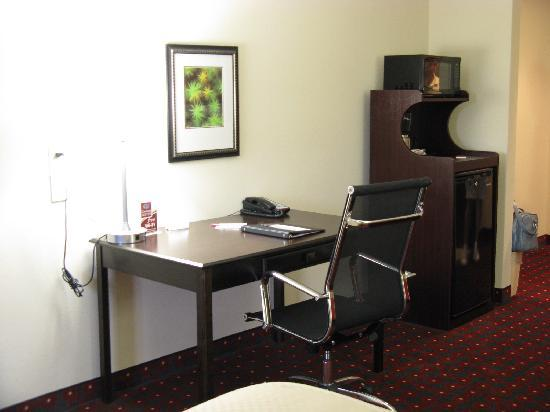 Comfort Suites: Work desk