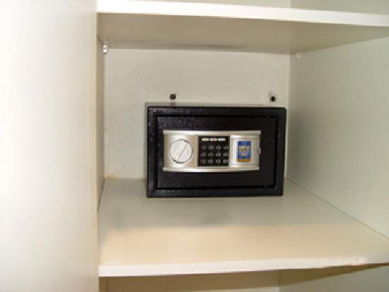 Sandton Bed and Breakfast: There are safes in all the rooms
