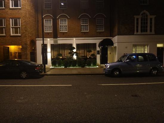 Restaurant Gordon Ramsay: Entrance by night