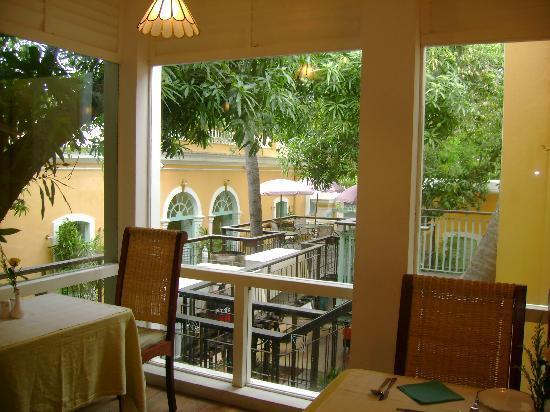 Breakfast table picture of hotel du parc pondicherry for Hotel du parc