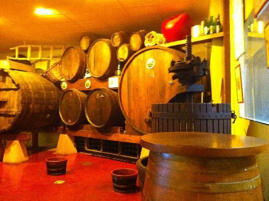 Cidrerie Txopinondo sagarnotegia : The barrels of Sagarno
