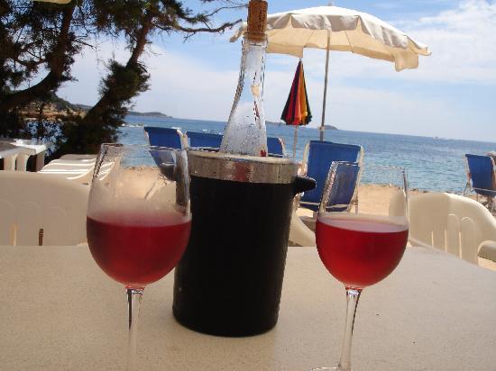 Grupotel Santa Eularia Hotel: Our first drink at Mangoe's beach bar