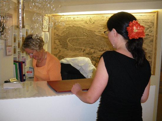 Hotel Adriatico: Reception desk