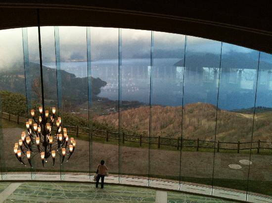 The Windsor Hotel Toya: ガラスの向こうは洞爺湖です