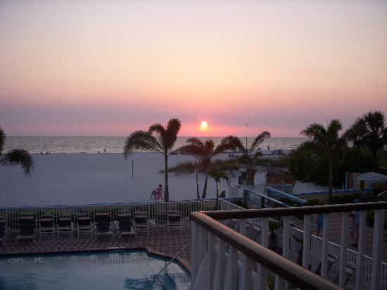 Plaza Beach Hotel - Beachfront Resort: another sunset