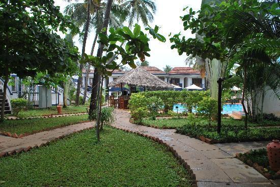Santana Beach Resort: trail towards reception n restaurant