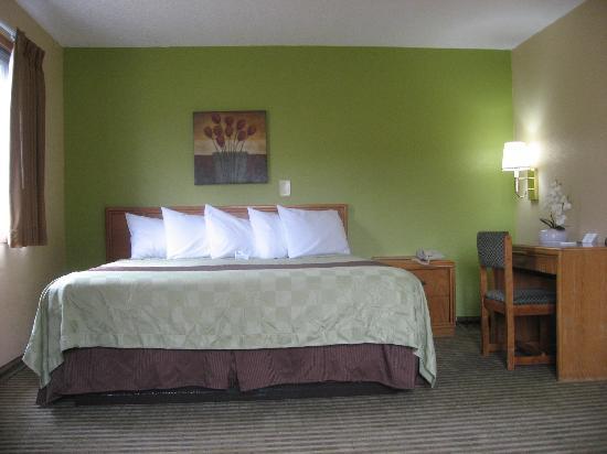 Hometown Inn & Suites: King Deluxe Room