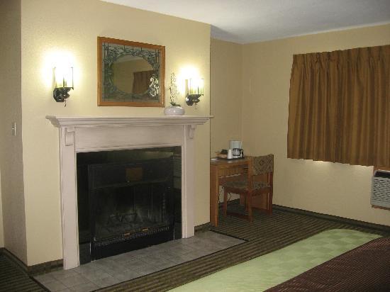 Hometown Inn & Suites: King Fireplace Suite