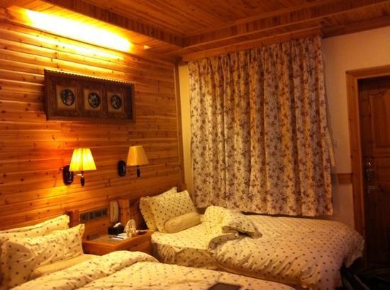 Rosewood Inn: room with balcony (noisy)