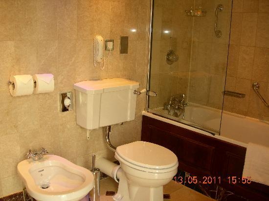 The Milestone Hotel and Residences: The bathroom