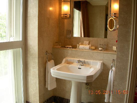 The Milestone Hotel and Residences: Bathroom