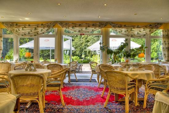 Landhotel Herrenhaus Bohlendorf: Wintergarten und Frühstücksraum mit Blick zum Park