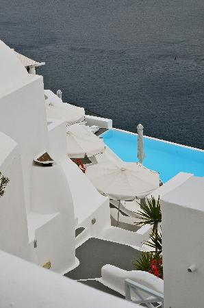 Katikies Hotel: view of the main pool from the hotel steps