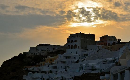 Katikies Hotel: sunset over oia from our balcony