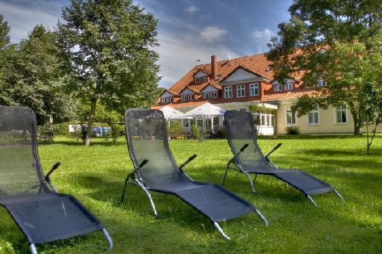 Landhotel Herrenhaus Bohlendorf: Außenanlagen mit Liegewiese