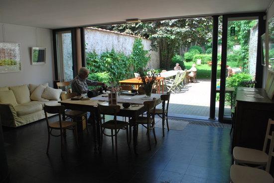 Caravan'Serail: Le petit déjeuner est servi dans la galerie ou sur la terrasse.