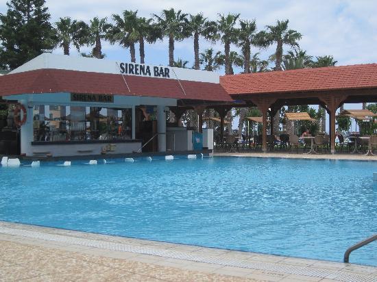Cavo Maris Beach Hotel : pool bar