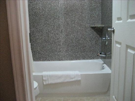 American Inn & Suites: Granite Bath