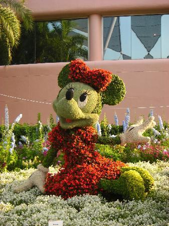 Epcot: Minnie in Flowers