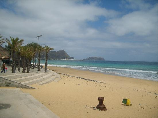 Hotel Quinta Do Serrado: Beach at busy time