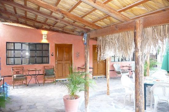 Iguana Inn: outside of rooms