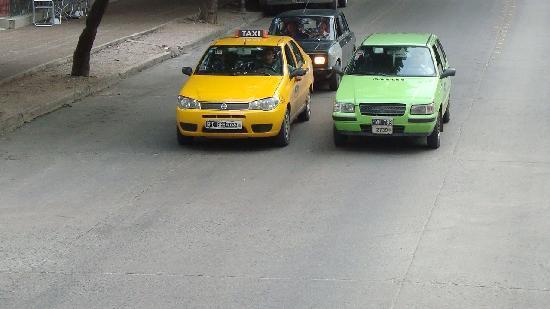 Cordoba, Argentina: taxi amarillo, remis verde