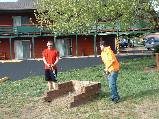 Discovery Lodge : Playing horseshoes