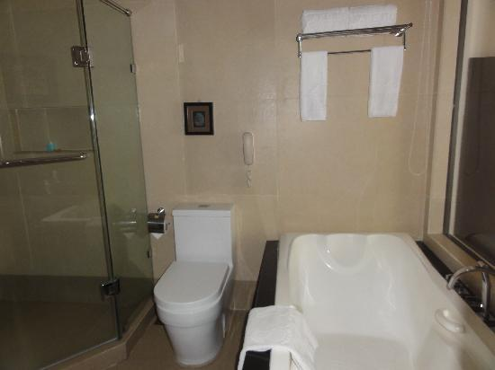 The Lake Hotel Tagaytay: bathroom