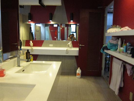 Lub d Bangkok Siam: ladie's dorm bathroom
