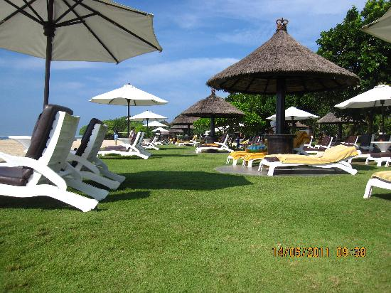 Ayodya Resort Bali: Adequate Beach Chairs
