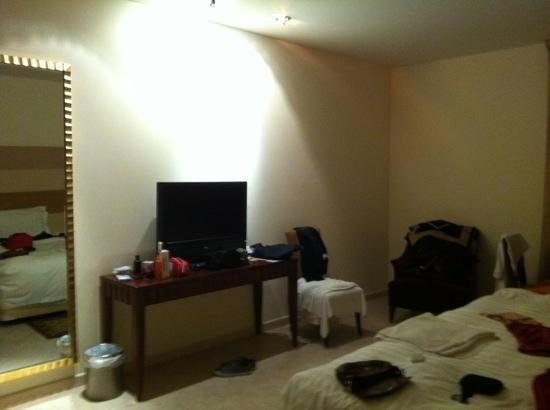 Belvedere Court Hotel Apartments: tv