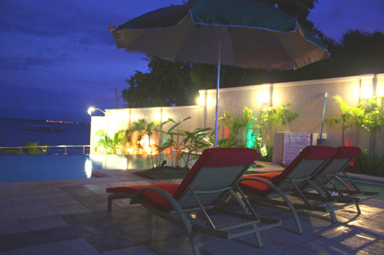 Mactan Island, Filippine: pool area at night