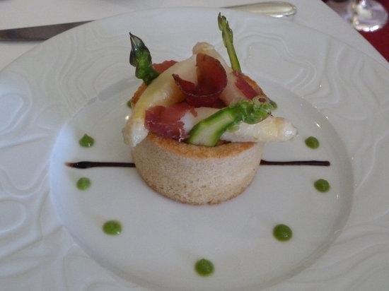 L'Auberge de la Brie : Asperges blanches et morilles mijotées comme un risotto. Oeuf moelleux croustillant et sauce vel