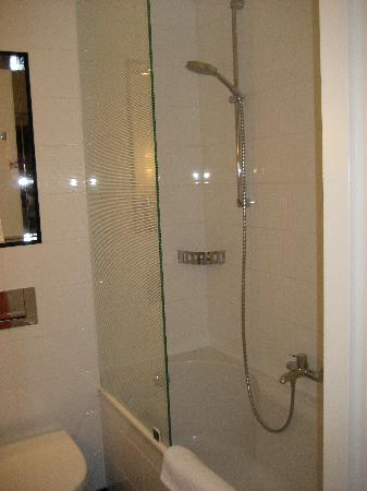 Carlton Square Hotel: Bathroom