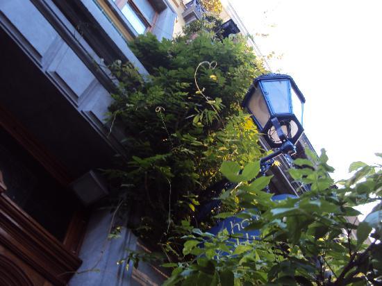 Hotel Les Bluets: Вход в Отель