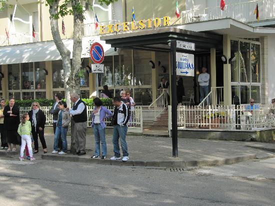 Hotel Excelsior: La famille Moro devant l'hôtel Excelsior