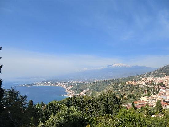 Taormina, Italia: ギリシア劇場から眺めるエトナ山