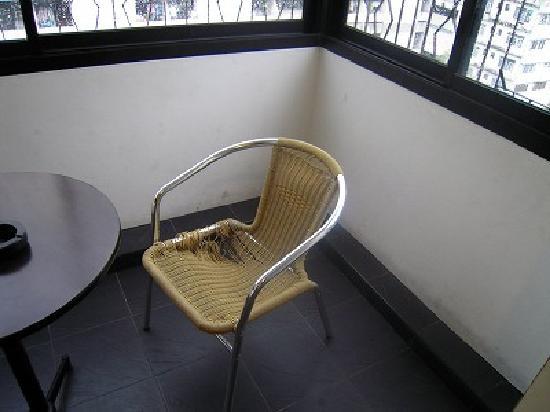 The Heritage Hotel Sathorn: 壊れかけの椅子が室内に普通に置いてありました。