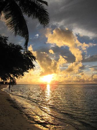 Vilamendhoo Island Resort & Spa: sunset