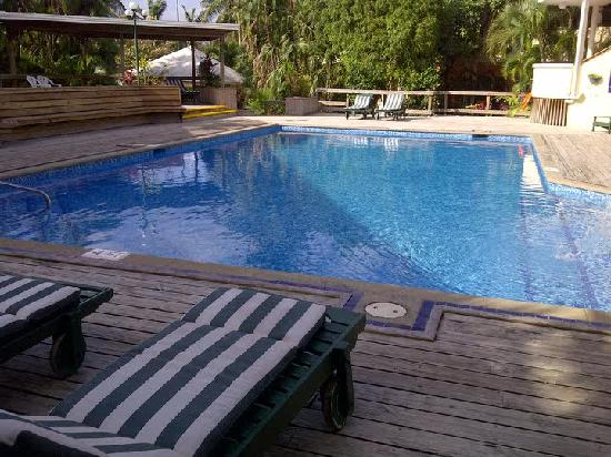 BEST WESTERN Belize Biltmore Plaza Hotel: The quite and beautiful pool area right next to the outside bar
