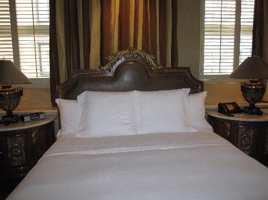 Hotel Le St-James: Beautiful luxurious bed