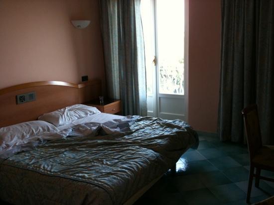 Hotel Hermitage & Park Terme: camera matrimoniale con balcone vista mare