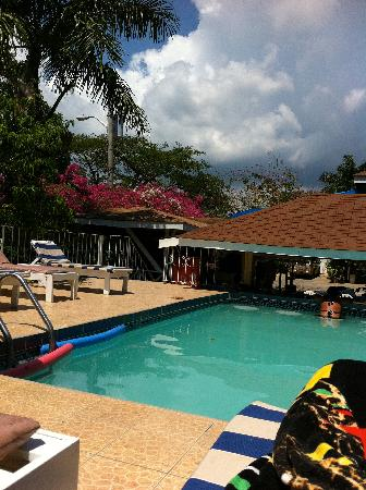 Seastar Inn: Swim up bar & pool area