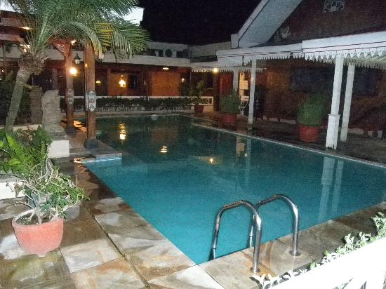 Istana Batik Ratna Hotel: Swimming Pool (at night)
