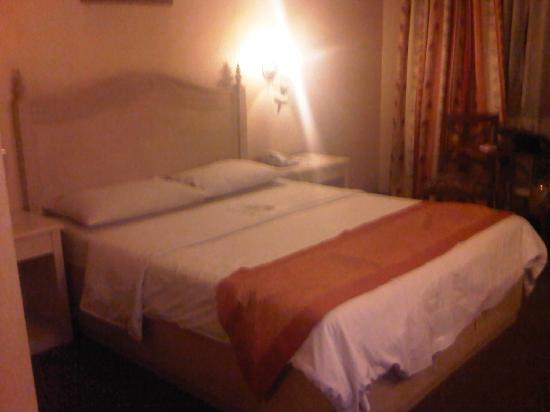 Hotel Veniz: our bed, deluxe room